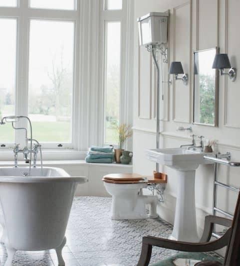 klassiek toilet en klassieke wastafel in de klassieke badkamer met een bad op pootjes