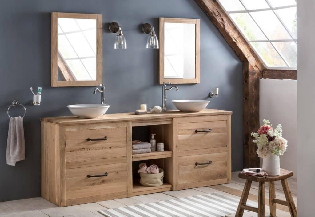 Landelijke badkamer van eiken met twee waskommen en bijpassende spiegel