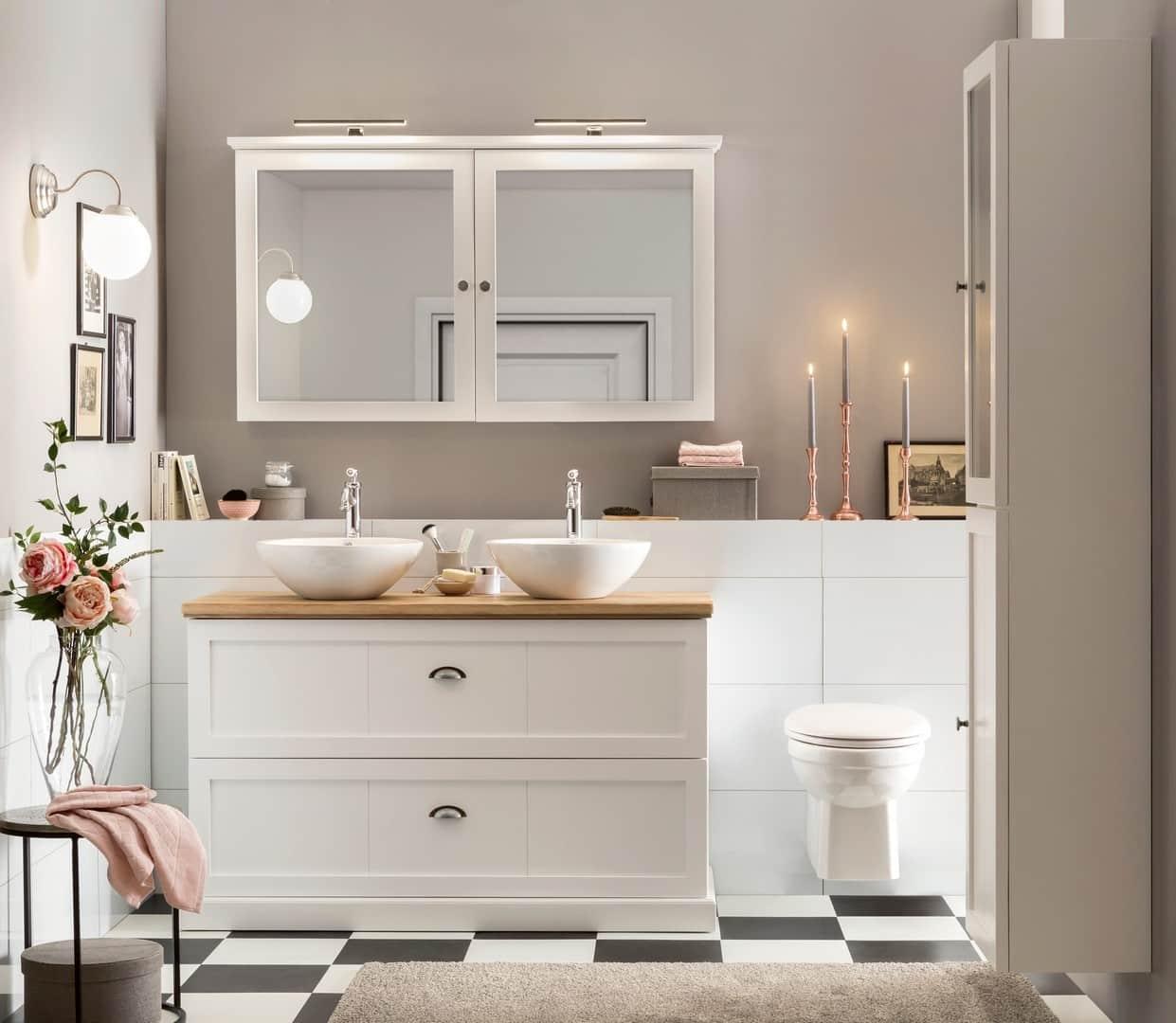 Mooi badkamermeubel in het wit op pootjes met eiken wastafelblad en bijpassende spiegelkast
