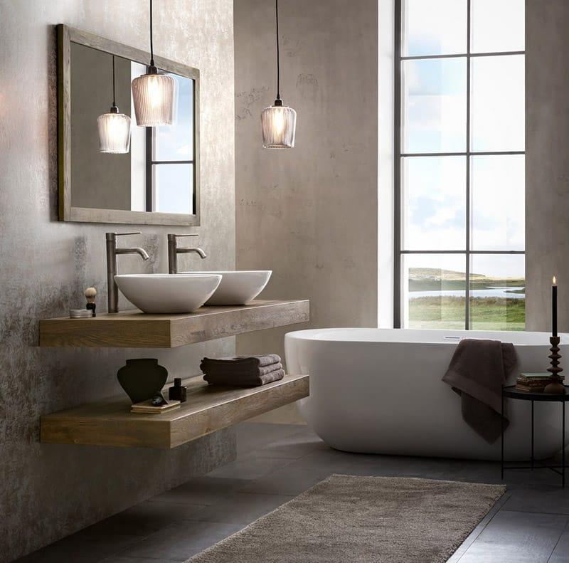 Mooie robuuste badkamer met een bad en eiken wastafelbladen