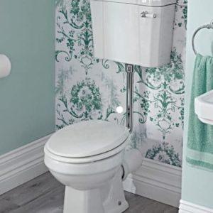 Klassiek toilet van porselein in de badkamer.