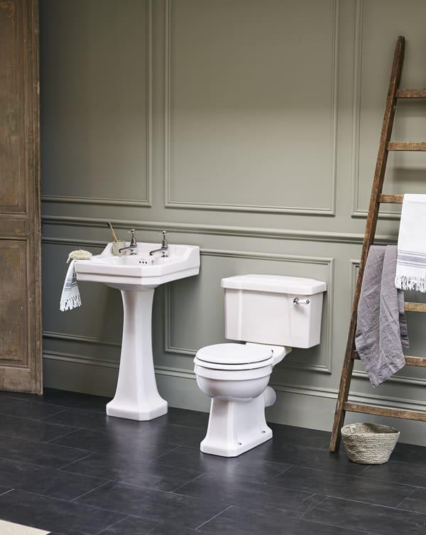 Klassieke badkamer, klassieke wastafel van keramiek met een toilet