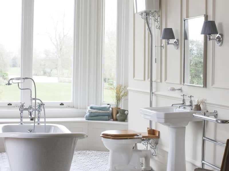 klassiek sanitair, een klassieke wastafel, hooghangend toilet en een bad op pootjes