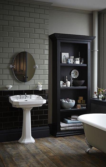 Klassieke badkamer met een wastafel van keramiek met een klassiek bad