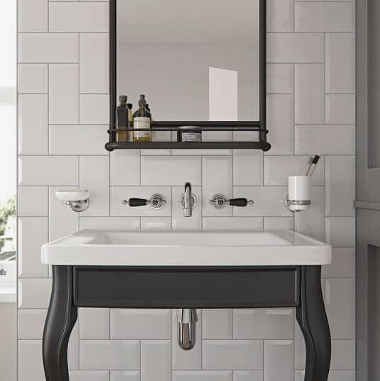een klassieke wastafel met een inbouwkraan en een spiegel