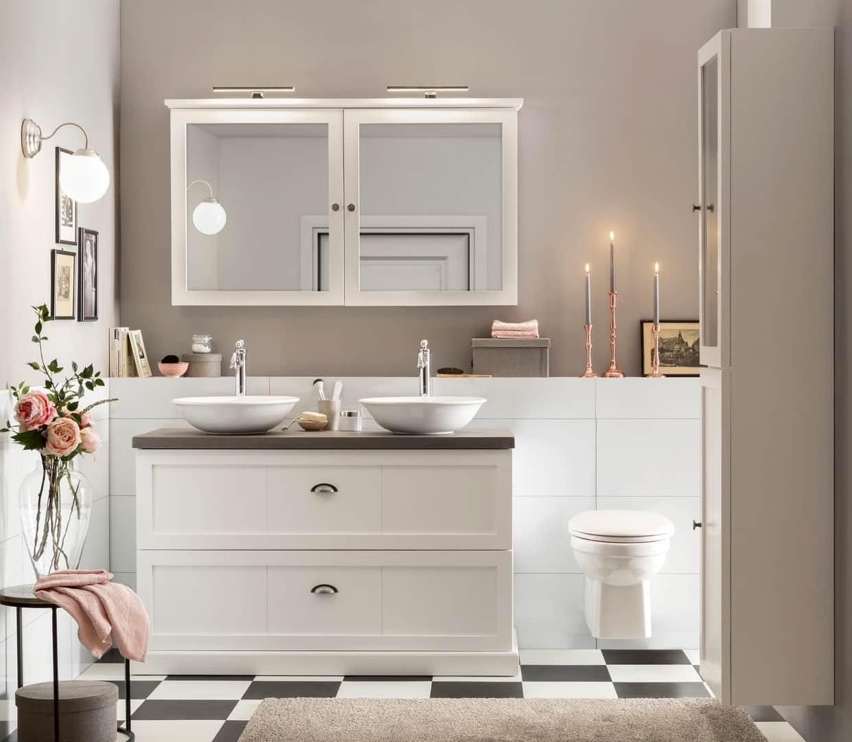 mooi staand badkamermeubel in wit met betonnen blad en bijpassende spiegel