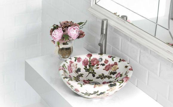 gedecoreerde waskom in de badkamer met bloemetjespatroon