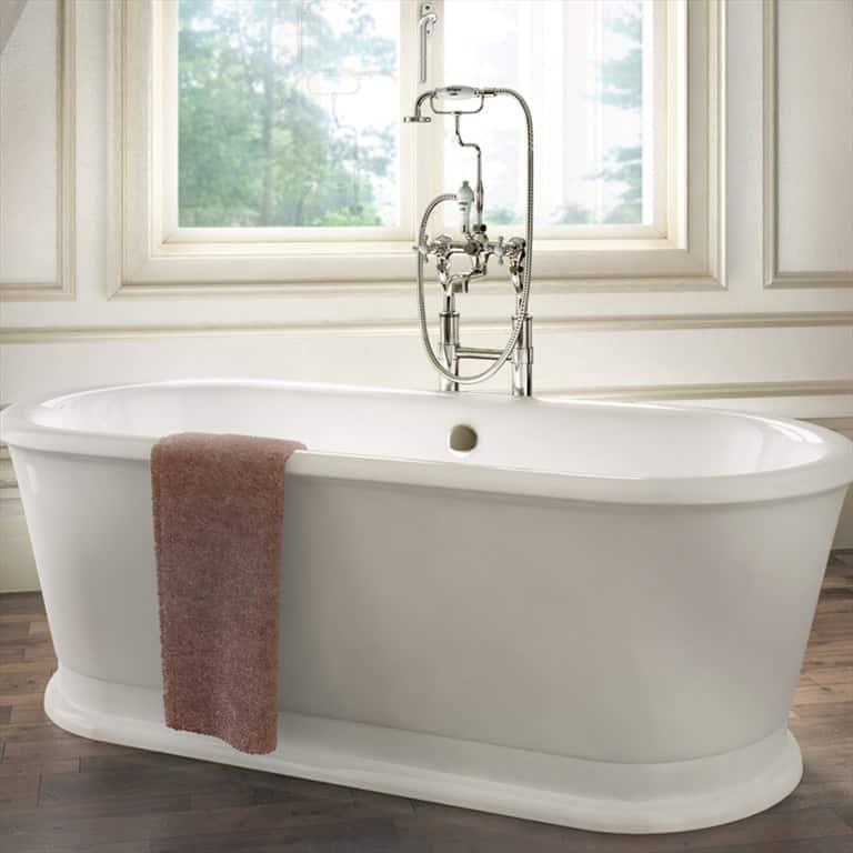 mooi losstaand bad met klassieke badkraan in de klassieke badkamer