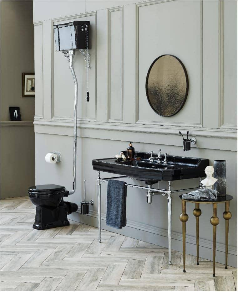 mooie wastafel in het zwart met zwart toilet in een klassieke badkamer