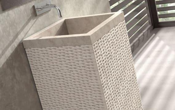 mooie waskom natuursteen op een zuil