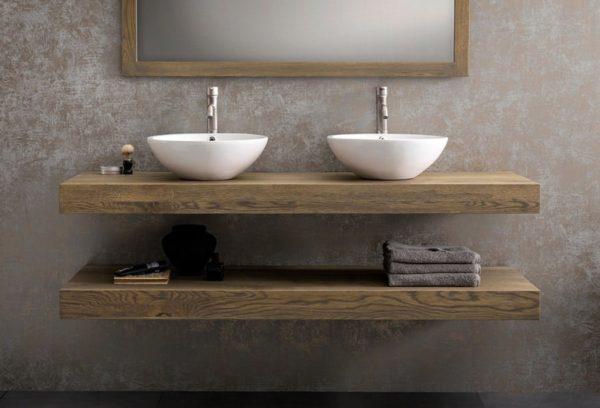 Twee Houten wastafelbladen uit Frans eiken met daarop een dubbele keramische waskom en een spiegel