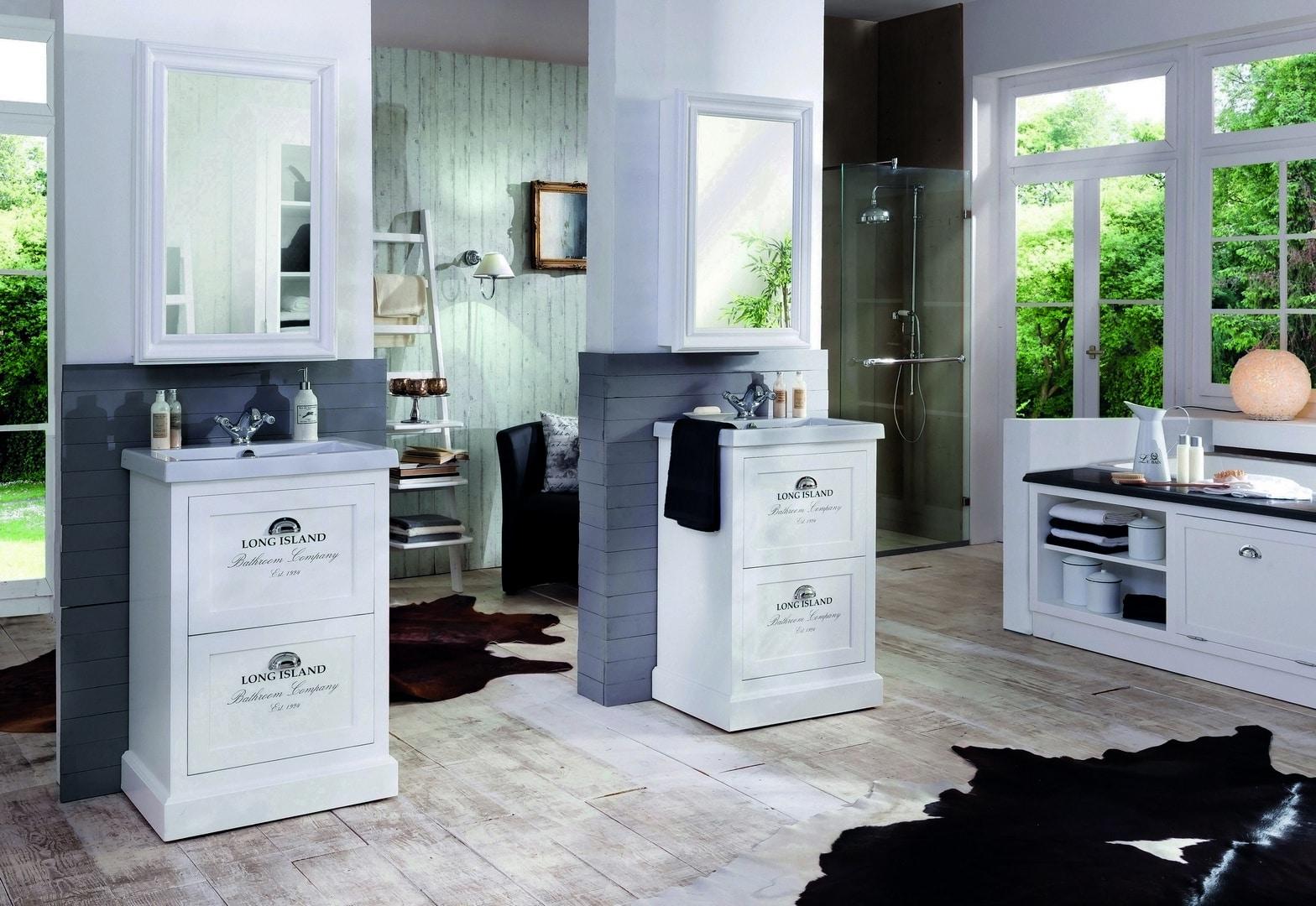 twee witte badmeubels met bijpassende spiegelkasten in een landelijke badkamer