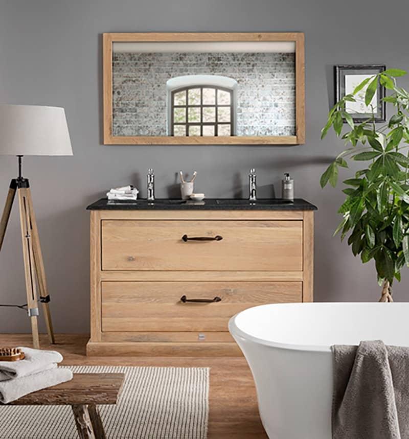 houten badkamermeubel met granieten wastafelblad en houten spiegel