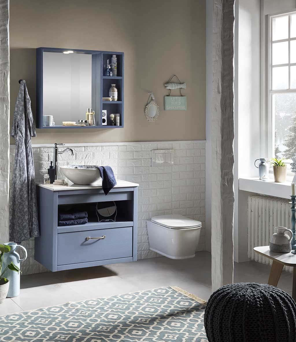 badkamermeubel met een wandtoilet en spiegelkast