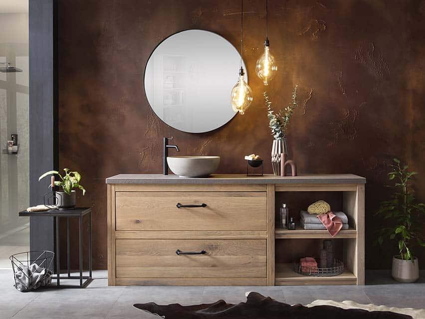 badkamer met een eiken badmeubel, zwarte kraan en een zwarte spiegel