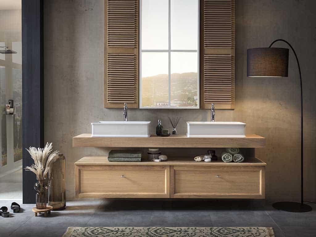 Massief houten wastafelblad met twee lades eronder en twee keramische waskommen boven het badmeubel