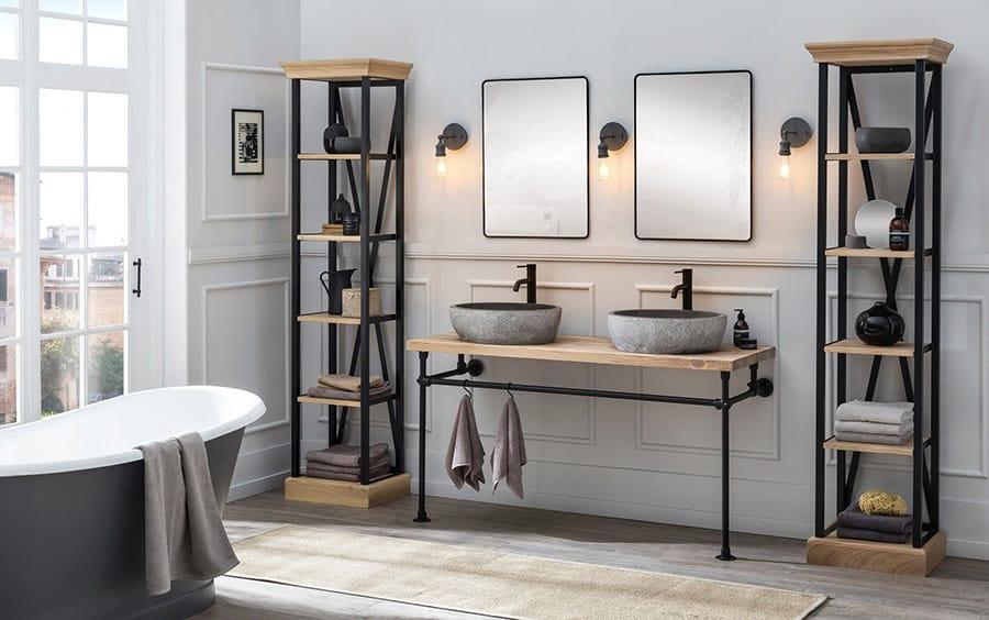 Badkamer met een industrieel badmeubel en bijpassende kolomkasten in de badkamer van Van Heck badkamers
