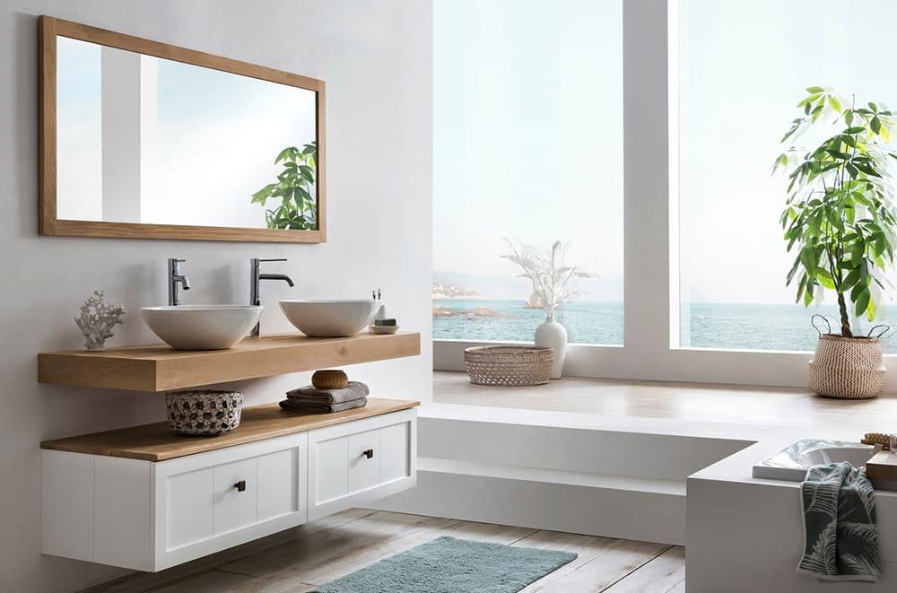 Wastafelblad  in massief eiken met daarop keramische waskommen en een spiegel
