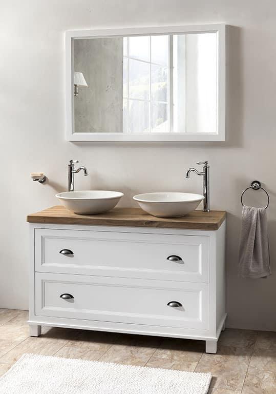 een landelijk badkamermeubel met twee landelijke kranen en witte waskommen.