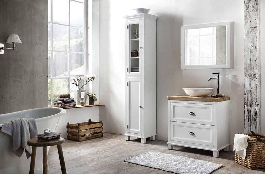 Wit badkamermeubel in de badkamer met een eiken wastafelblad en een hoge kolomkast