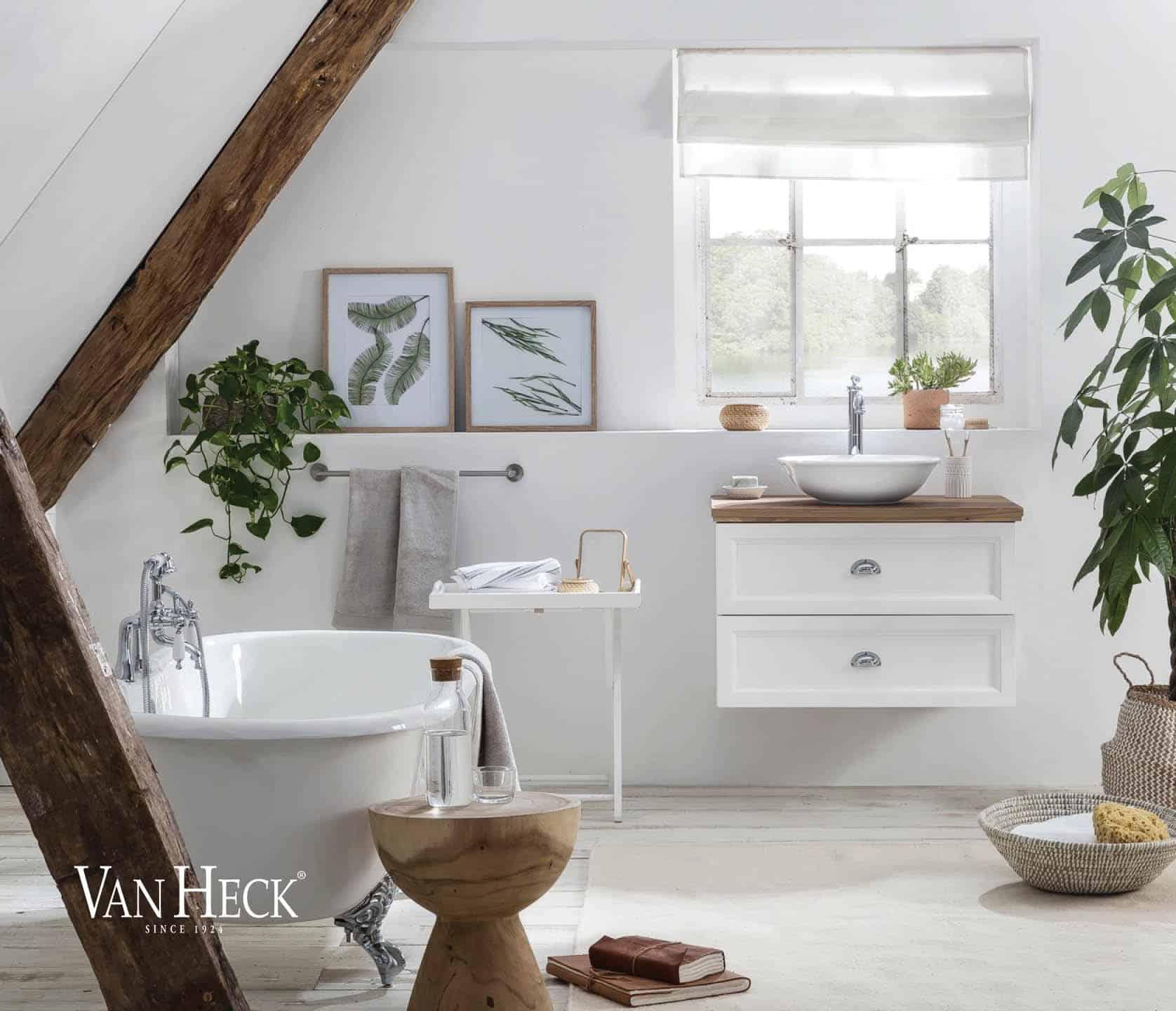 landelijk badkamermeubel in het wit met eiken wastafelblad en een wit bad op pootjes