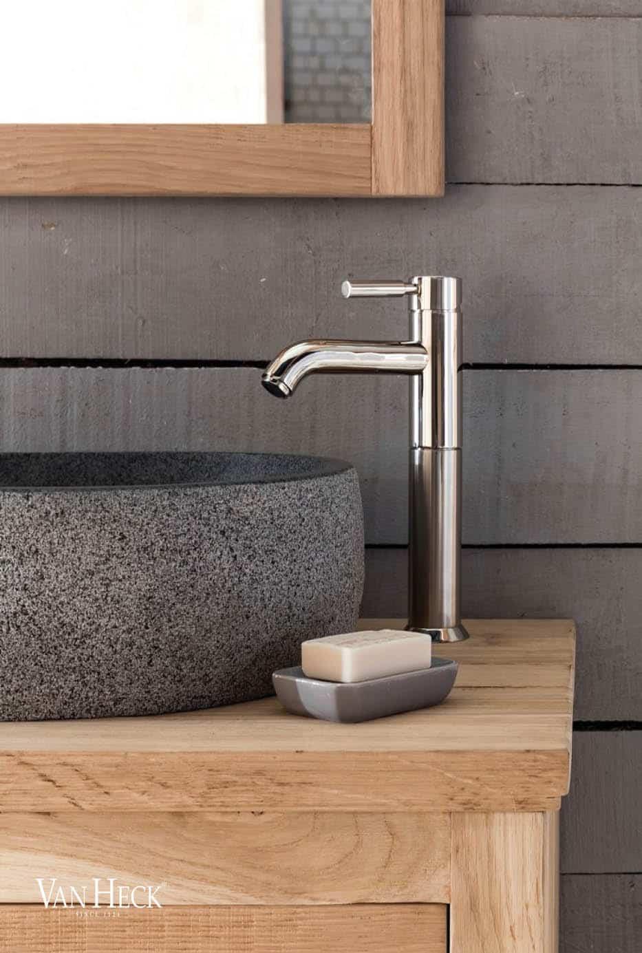eiken badkamermeubel met een natuurstenen waskom en een RVS kraan