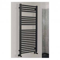 zwarte handdoek radiator in de industriële badkamer