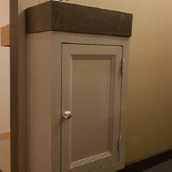 hangend toiletmeubel grijs met granieten wastafel en fonteinkraan