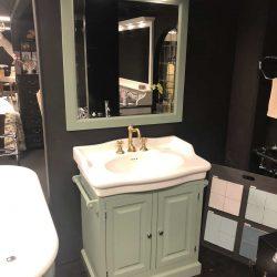 mooie gouden kraan op een klassiek badkamermeubel