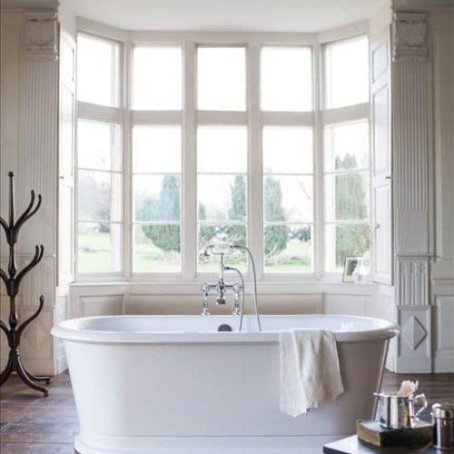 Landelijke badkamer met Vrijstaand Bad en een landelijke badkraan