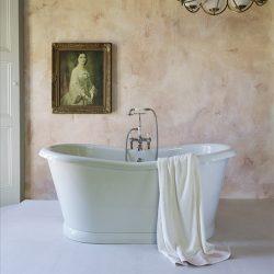 bad in de badkamer met een klassieke badkraan van Van Heck Badkamers