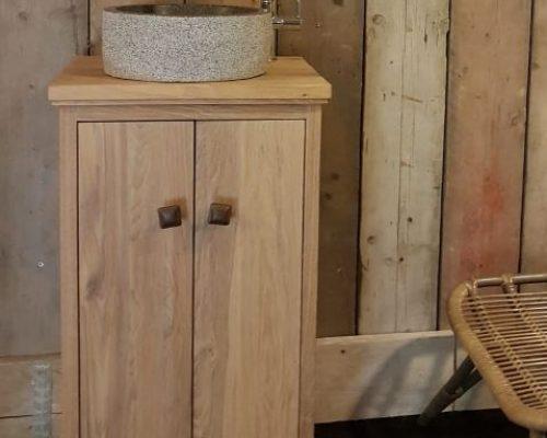 mooi fonteintmeubel van eiken met granieten waskom en bijpassende fonteinkraan