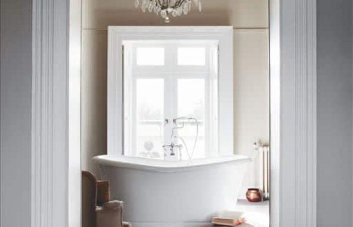 Vrijstaand bad in het wit in de landelijke badkamer
