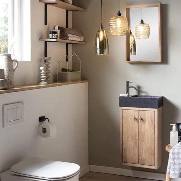 hangend toiletmeubel van eiken met een granieten wastafel en een fonteinkraan