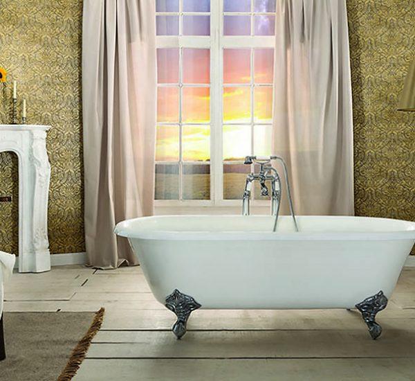 losstaand bad op poten met een klassieke badkraan