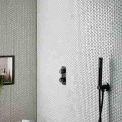 zwarte handdouche met zwarte douchekop en een mooie zwarte douchethermostaat