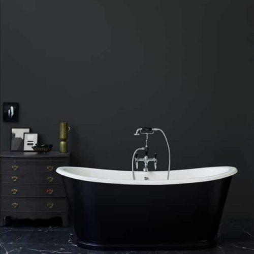 losstaand bad zwart met zwarte badkraan