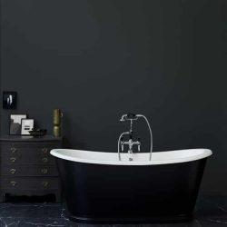 zwart vrijstaand bad met zwarte badkraan in de badkamer