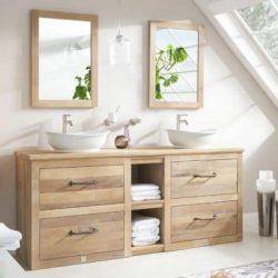 massief houten badkamermeubel met een eiken wastafelblad, twee keramische waskommen en twee houten spiegels