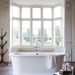 losstaand bad in ruime badkamer in landelijke sfeer