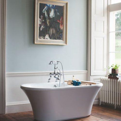 losstaand bad met klassieke badkraan in de engelse badkamer