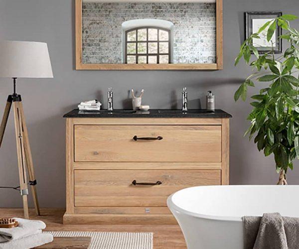 badkamer in massief eiken met een staand badmeubel, granieten wastafelblad en bijpassende spiegel