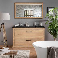 Mooi staand badkamermeubel van massief eiken met een granieten wastafelblad en bijpassende spiegel