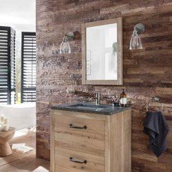 Eiken badmeubel op poten met een granieten wastafelblad en wastafel. Boven het eiken badmeubel is een eiken spiegel