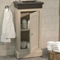 mooi toiletmeubel met badkamer accessoires en granieten wastafel