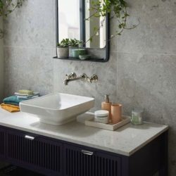 landelijke inbouw wastafel kraan boven de waskom in de badkamer