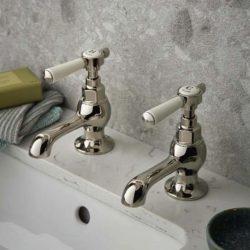 twee gouden fonteinkranen in de badkamer