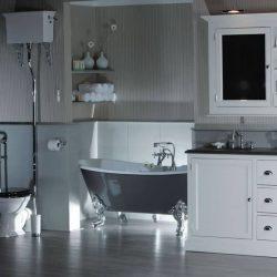 klassiek badkamermeubel met mooi bad op pootjes en klassieke handdoek radiator
