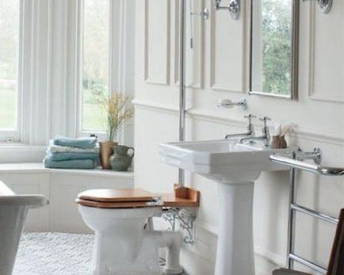 klassieke wastafel in een klassieke badkamer