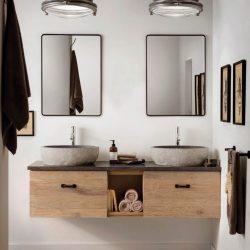 Badkamermeubel van massief hout met twee granieten waskommen en twee zwarte spiegels